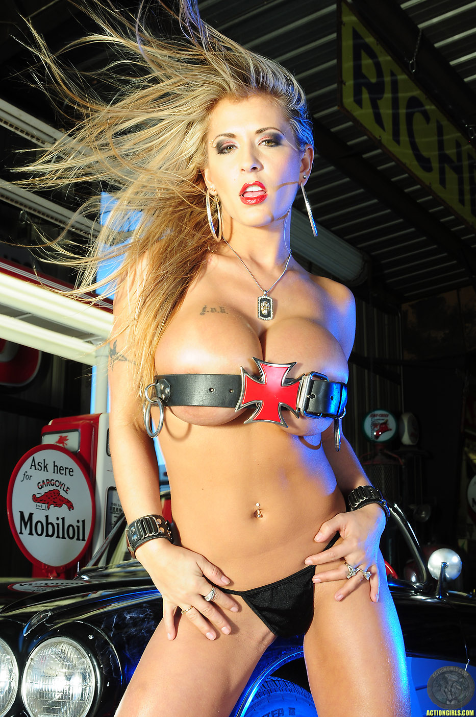 http://ww4.actiongirls.com/gallery55/Valerie-pics-ac/actiongirlsvalerieredgarage107.jpg